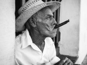 Cubansk man som röker cigarr