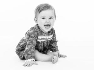 bild på ett sittande glatt barn