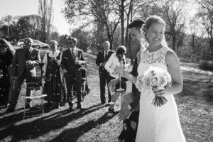 Bild på ett bröllopspar som får ris på sig.