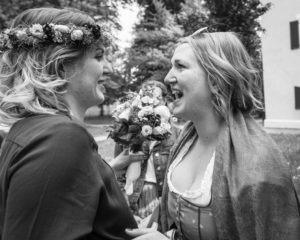 Bild på systrar som kramas vid bröllop.