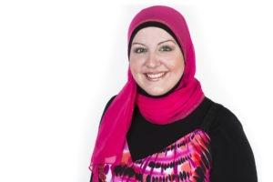 kvinna på bild som bär rosa sjal