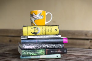 Bilder på en hög böcker och en kaffekopp.