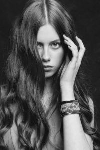 Bild på en kvinna som tar sig håret.