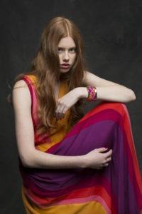 Bild på en kvinna i klänning.