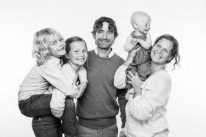 Familj med sina tre barn - familjeporträtt.