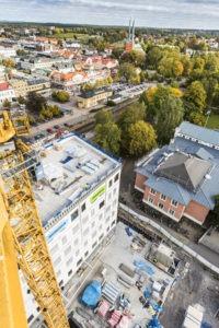 Utsikt från en lyftkran över Växjö stationsområde.