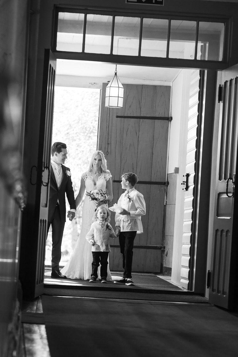 I kyrkan - precis innan brudparet ska vigas.