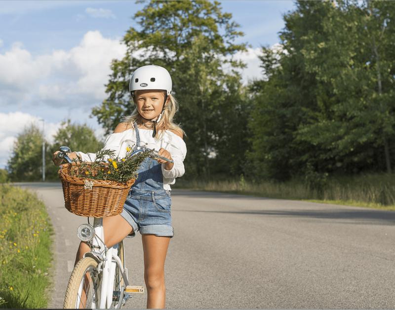 Cykling med cykelhjälm Anna Nordström
