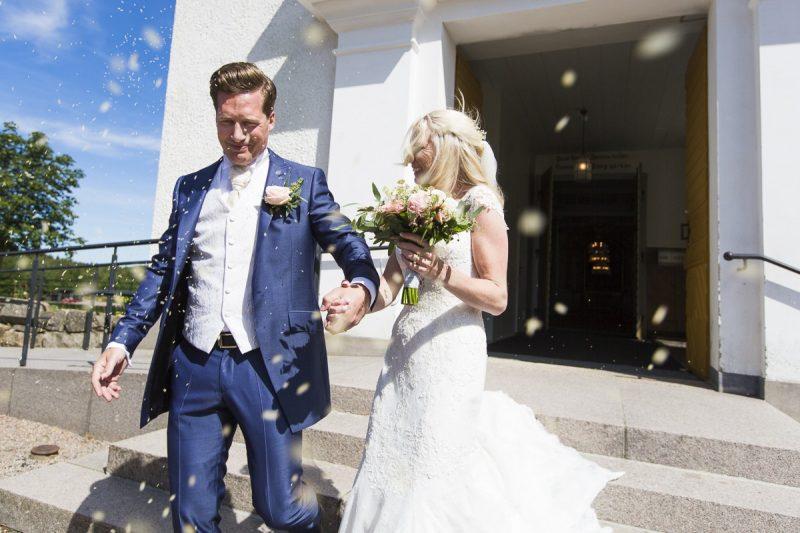 Nygifta - ris som kastas över paret.