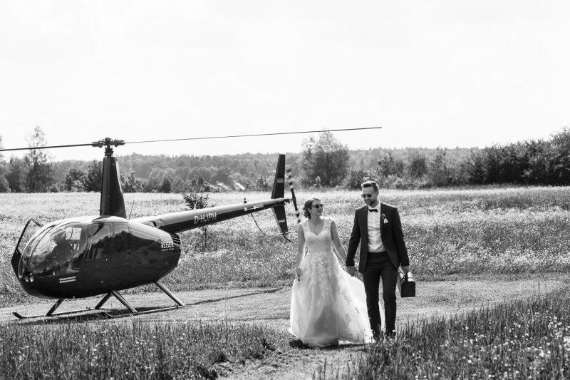 bröllopspar utanför en helikopter