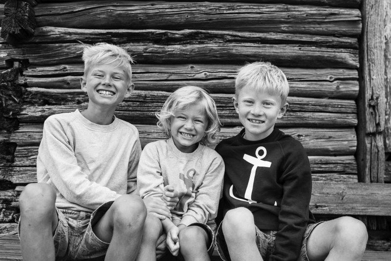Familjebild på tre syskon - bröder.