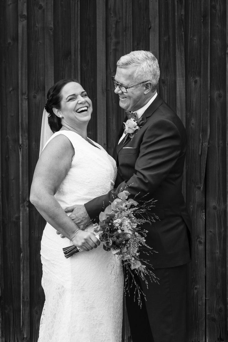bild på ett bröllopspar som skrattar