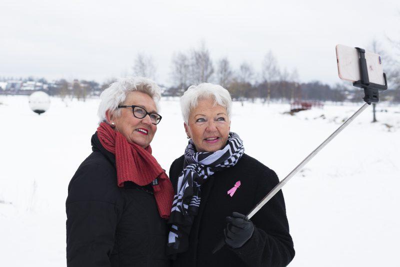 bild på två äldre kvinnor som tar selfies