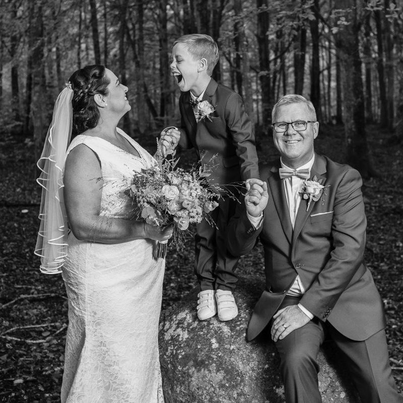 Bröllopsbild med deras son.