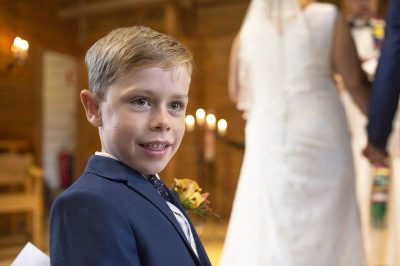 Bild på sonen framme vi altaret under bröllopet.