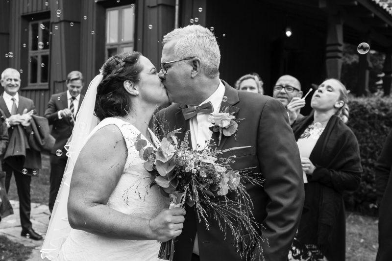 Bilden visar ett brudpar, första kyssen.