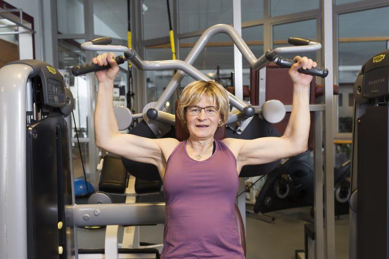 bild på kvinna som tränar