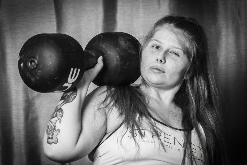 bild på en kvinna som lyfter en hantel