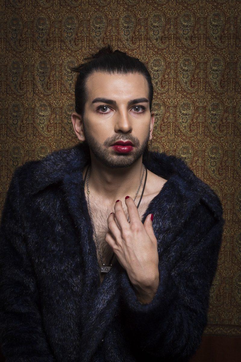 bild på en man med läppstift och skägg.