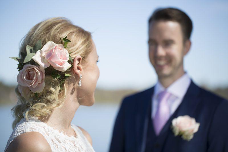 bild på ett brudpar, brudens håruppsättning i fokus.
