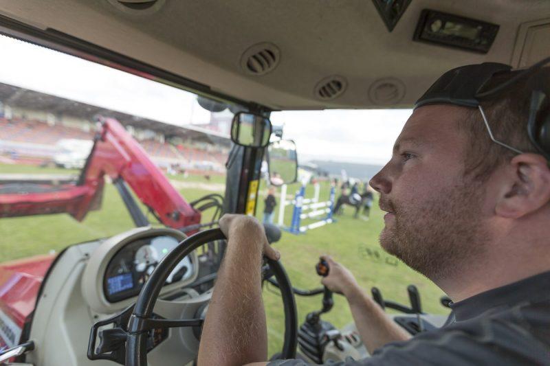 Traktorförare som är på ett hästhoppnings event.
