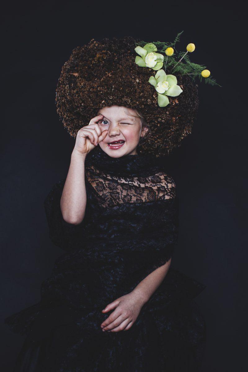 Bild på en tjej med stort blomhår