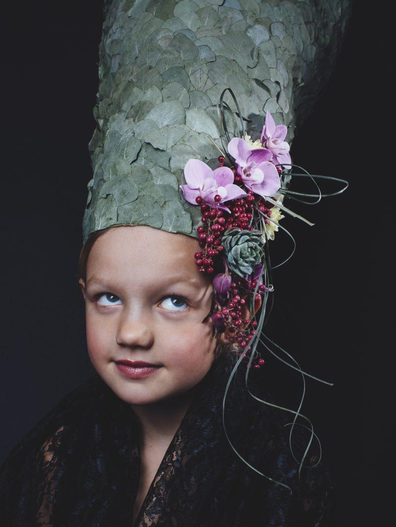 bild på ett barn med blommor