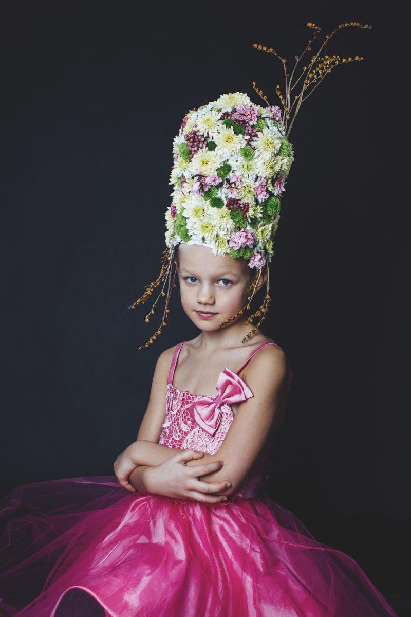 Flicka med stor blomsterhatt,