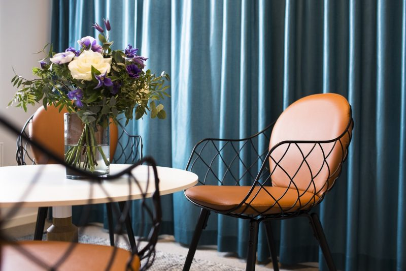 Stolar och bord med blommor.