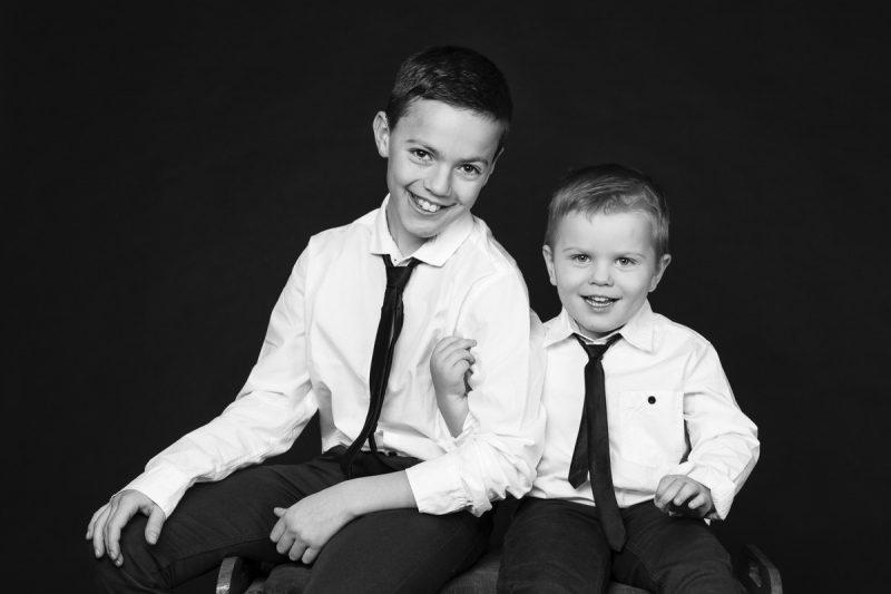 Två bröder i vit skjorta och slips.