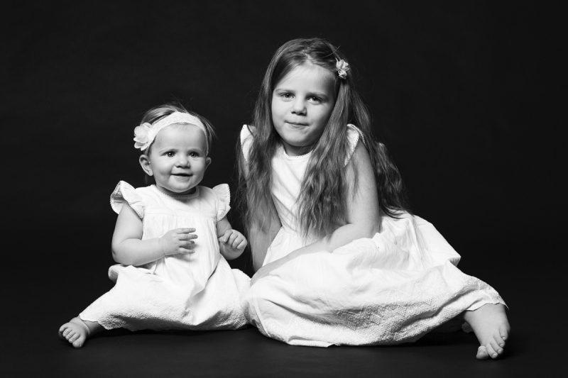Två systrar i vita klänningar