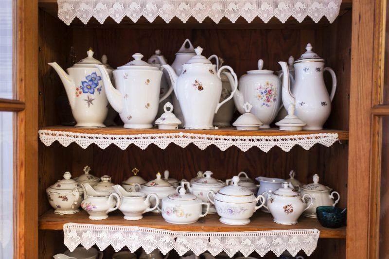 Bild på massor av gamla vackra kaffekannor och sockerskålar.