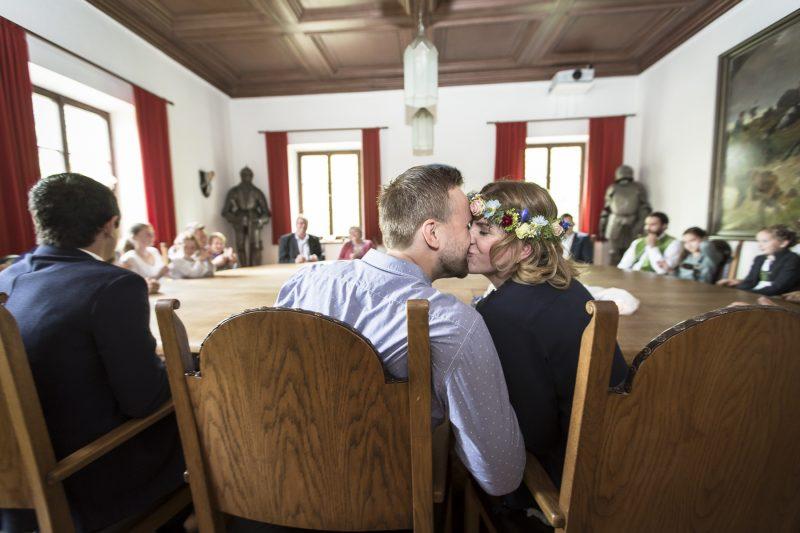 brudpar som pussas i ett rådhus, Tyskland.
