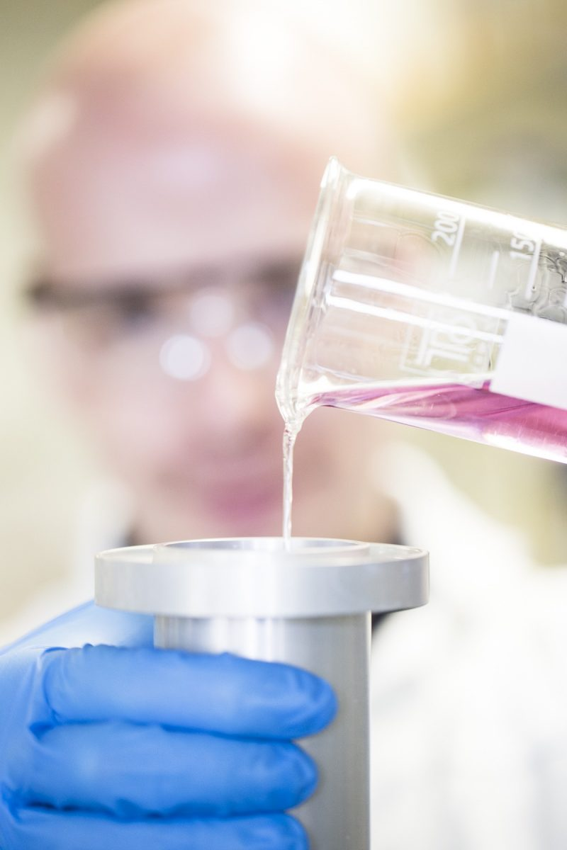 bild på rosa vätska som rinner
