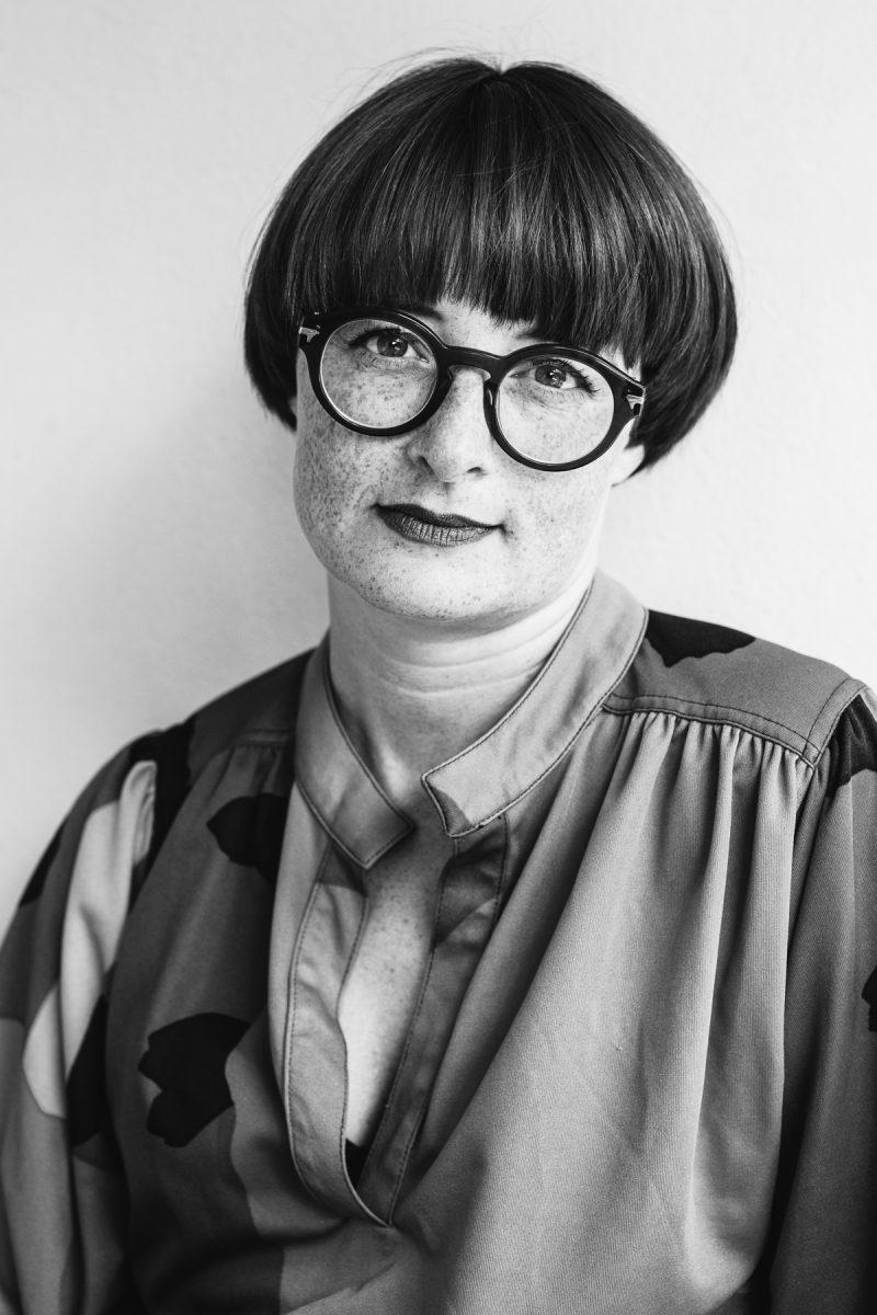 bild på en kvinna med glasögon