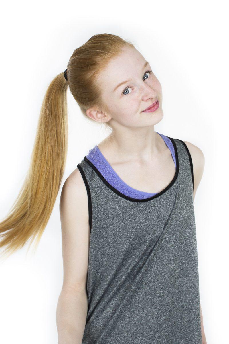 Bild på en tonårstjej som flaxar med håret klädd i tränings kläder.