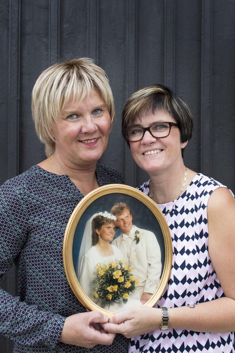bilden visar ett par som håller sitt gamla bröllopskort.