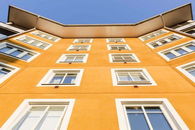Bild på en gul fasad - höghus.