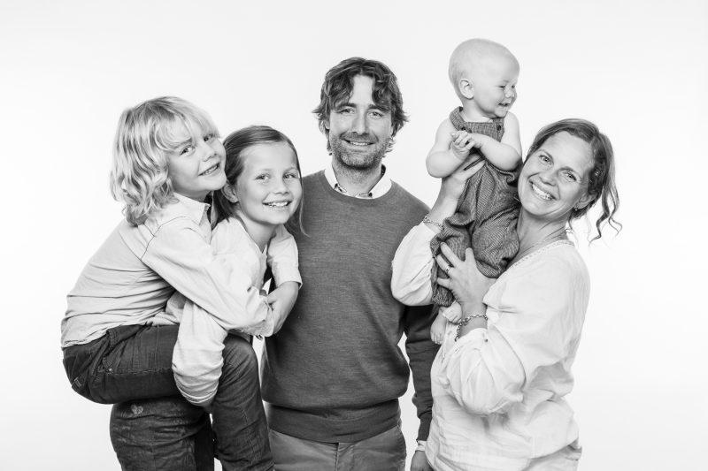 familjefoto i svartvitt - alla är glada.
