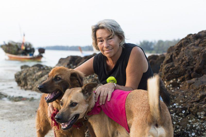 Kvinna klappar sina hundar.