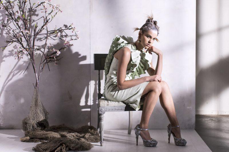bild på en sittande kvinna