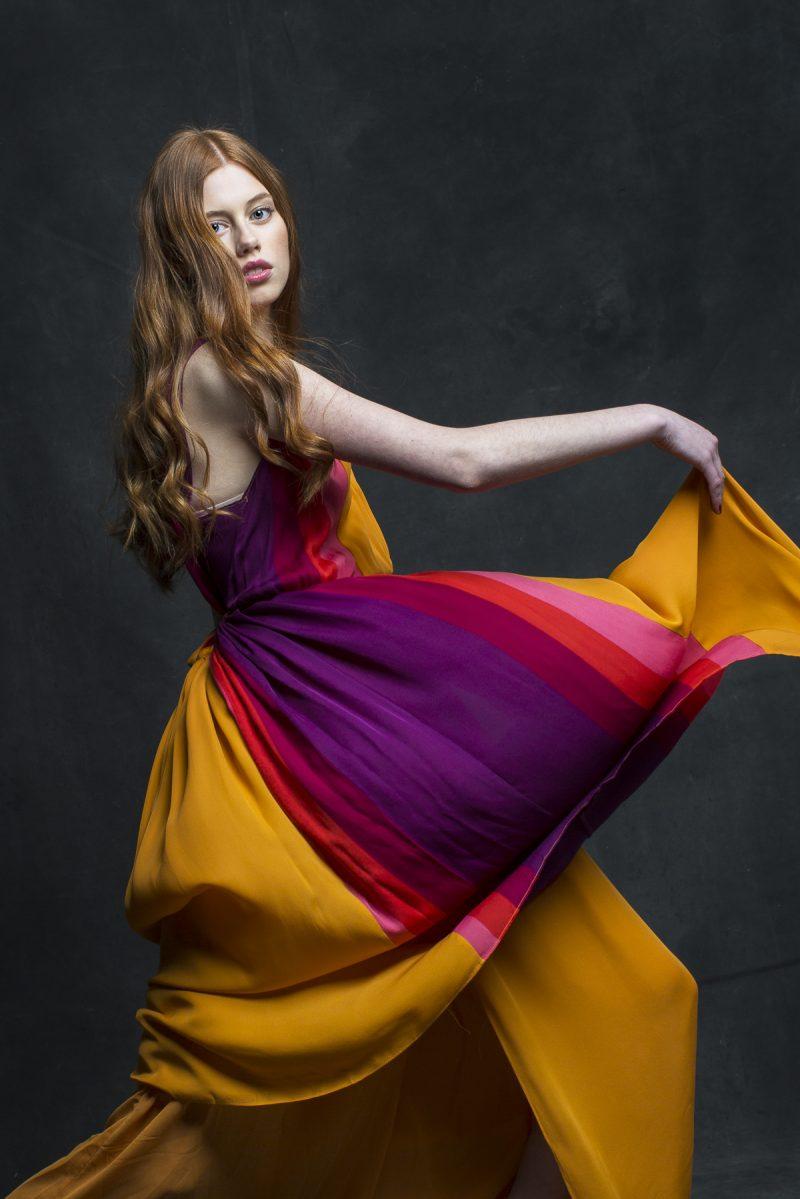 Bilden visar en kvinna som fladdrar med klänningen.