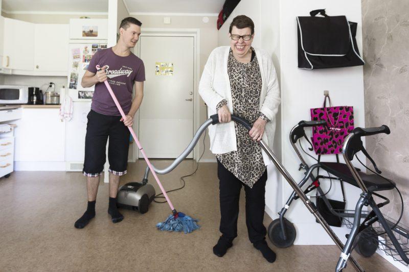 Kvinna och en man som städar.